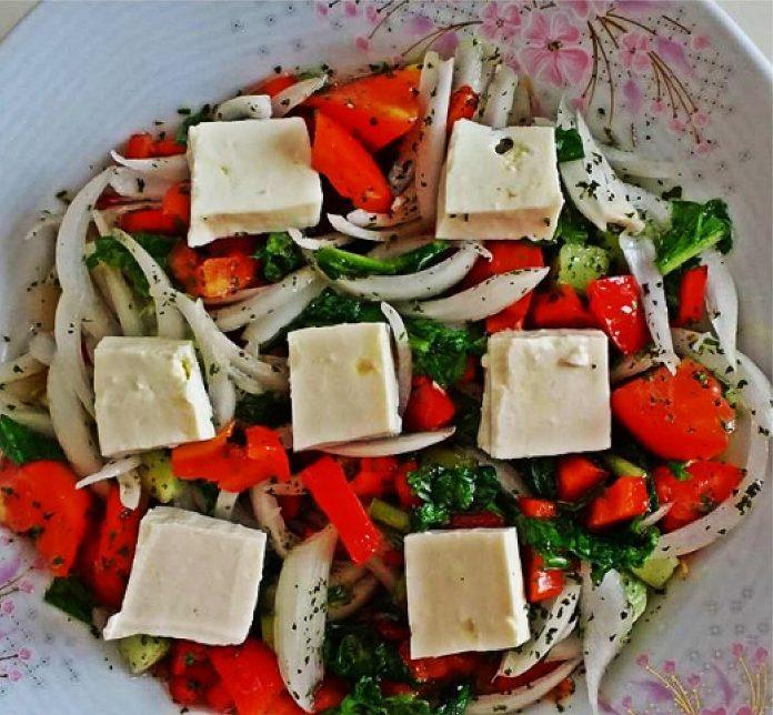 Beyaz Peynirli Domates Salatası Nasıl Yapılır