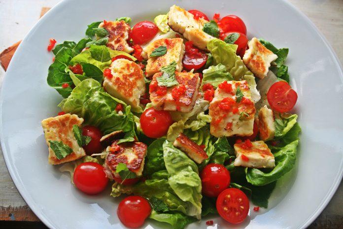 Kızarmış Hellim Peynirli Salata Nasıl Yapılır