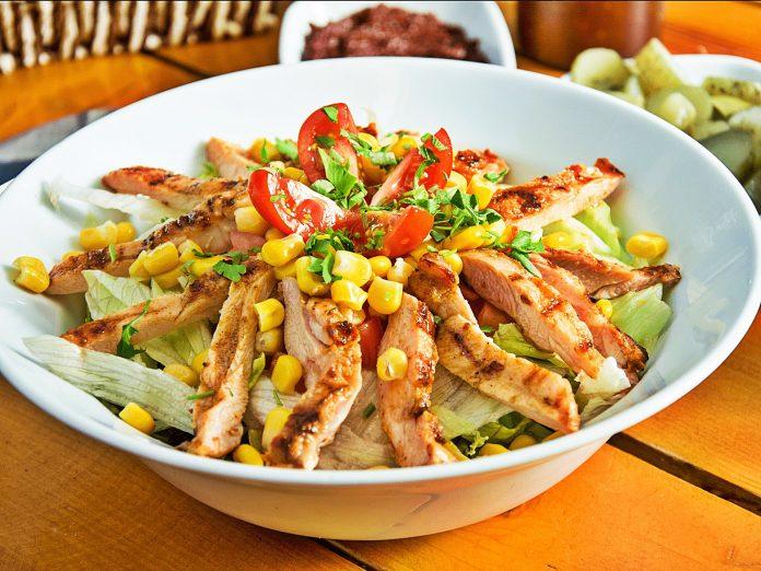 Baharatlı Piliç Fileto Salatası Nasıl Yapılır